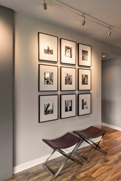 - Living Rooms - ▷ 1001 + moyens de changer d'ambiance avec une idée déco couloir fantastique modern interior design with white and gray wall painting, photo frames wall with white and black images. Decor, Wall Decor Pictures, Wall Decor Living Room, Art Decor, Living Room Decor, Wall Paint Designs, Decor Inspiration, Home Decor, Wall Design