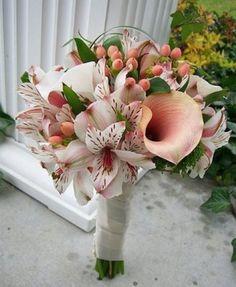 Bouquets de Atromélias Brancas, Copos de Leite Rosa e Frutinhos Tropicais