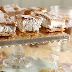 How to make a Meringue Strudel. Meringue is one of the most demanded desserts by all sweet tooths, it's also one of the easiest to make, because it requires only egg whites and sugar. Bread And Pastries, Food Cakes, Puff Pastry Dough, My Dessert, Food Categories, Strudel, Cookies And Cream, Meringue, Creme Brulee