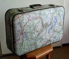Een koffer beplakt met oude wegenkaarten.