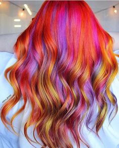 The ombre hair trend has been seducing for some seasons now. More discreet than tie and dye, less classic than sweeping, this new technique of hair. Vivid Hair Color, Vibrant Hair Colors, Hair Color Pink, Cool Hair Color, Colorful Hair, Pinterest Design, Pravana, Red Orange Hair, Sunset Hair