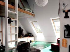 Espace étroit sous les combles, parfait pour un adolescent à la recherche d'intimité. Pour élargir un maximum la surface disponible au sol, déjà réduite par la pente du toit, le lit a été installé en hauteur, comme suspendu. (réalisation Velux)