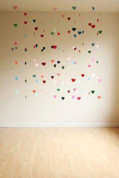 Make a floating heart backdrop, DIY garland, valentine's day craft, rainbow hearts Valentines Bricolage, Valentine Day Crafts, Be My Valentine, Valentines Surprise, Diy Wedding Photo Booth, Wedding Photos, Saint Valentin Diy, Photo Booth Backdrop, Photo Booths