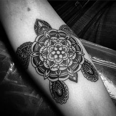 Mandala tattoos are undeniably mesmerizing. This makes getting a mandala tattoo such an interesting prospect. Below, we are going to mention some mandala turtle tattoo ideas. Body Art Tattoos, New Tattoos, Sleeve Tattoos, Ocean Tattoos, Tatoos, Pretty Tattoos, Beautiful Tattoos, Mandala Turtle, Turtle Henna