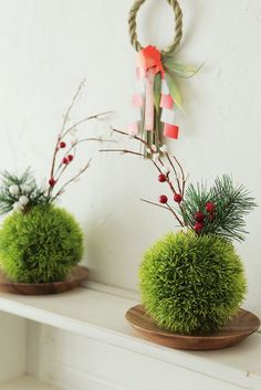 ★ダイソー100円!フェイクグリーンで苔玉風お正月飾り の画像|インテリアと暮らしのヒント Arrangements Ikebana, Ikebana Flower Arrangement, Flower Arrangements, New Years Decorations, Christmas Decorations, Holiday Decor, Christmas Tables, Japanese New Year, Japan Crafts