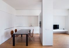 House on Ciscar Street is a minimal residence located in Valencia, Spain, designed by Dot Partners. Patio Interior, Room Interior Design, Interior Walls, Living Room Interior, Lofts, Street Pictures, Kitchen Designs Photos, White Ceiling, Kitchen On A Budget