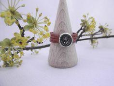 Ring aus congnacfarbenem Lederband mit grauem Swarowskikristall by banderama