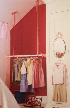 Kleding ophangen of te gebruiken om een tent te maken. In boek: kamers voor kids