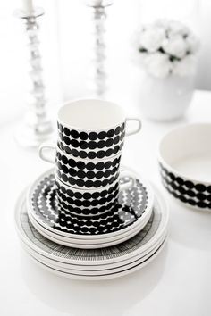 marimekko Black And White Plates, Black And White Design, Marimekko, Pop Up Window, Kitchenware, Tableware, Branded Gifts, Danish Design, Scandinavian Design
