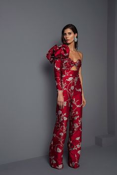 The complete Johanna Ortiz Fall 2017 Ready-to-Wear fashion show now on Vogue Runway. Love Fashion, High Fashion, Fashion Show, Fashion Outfits, Womens Fashion, Fashion Check, Fashion Moda, Jumpsuit Elegante, Haute Couture Style