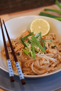 Chicken Pad Thai - The Taste of the Good- [Receta] Thai Chicken Pad Find the recipe step by step at: www. Thai Chicken Recipes, Thai Recipes, Raw Food Recipes, Indian Food Recipes, Asian Recipes, Great Recipes, Healthy Recipes, Recipe Chicken, Healthy Food