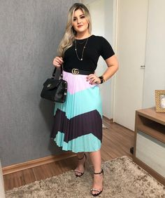 Image may contain: 1 person, standing Pleated Skirt Outfit, Skirt Outfits, Look Plus Size, Plus Size Women, Business Outfits, Office Outfits, Modest Fashion, Fashion Outfits, Womens Fashion