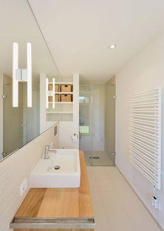 Minimalistisches Badezimmer mit Dusche : Moderne badkamers van Möhring Architekten