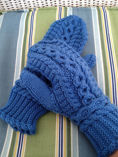 Musica by Lilia Mankki - free Vraiment belle ! Knitted Mittens Pattern, Fingerless Gloves Knitted, Crochet Mittens, Crochet Gloves, Knitting Socks, Knitted Hats, Knitting Patterns, Knit Crochet, Wrist Warmers