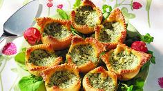 Pikkuiset suolaiset piirakat valmistuvat helposti muffinipellin avulla. Kokeile piirkoihin pinaatti- tai kinkkutäytettä. Bruschetta, Avocado Toast, Muffin, Cooking, Breakfast, Ethnic Recipes, Party, Food, Cocktail
