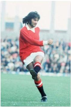 The legend that is 'George Best', a name and talent within football that has transcended generations with his ability and legacy as a footballer. This photographic moment by Mirrorpix shows George Best in his prime playing for Manchester United in Soccer Stars, Sports Stars, Rugby Players, Football Players, Sports Personality, Most Popular Sports, Sports Celebrities, Manchester United Football, Professional Football