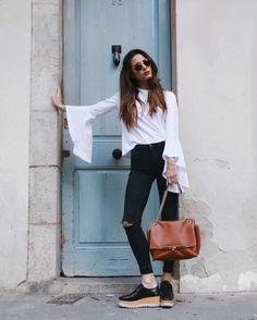 Look con flatforms skinny jeans negros blusa con olanes