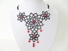 Collier dentelle noire avec perles rouges, bijoux collier noir, collier gothique , collier frivolite, collier tatting : Collier par carmentatting