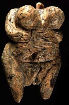 Vénus de Hohle Fels (ou de Schelklingen)  Mise au jour en 2008 dans le Jura souabe, elle remonte à une période allant de 35000 à 40000 BP, mesure 59 mm de haut sur 34 de large pour 33 grammes. Taillé dans de l'ivoire de mammouth laineux, c'est le plus ancien témoignage représentant une femme. On suppose qu'elle était montée en pendentif et porte des motifs sous forme d'incisions représentant certainement un maillage vestimentaire. Les microphotographies relevées montrent une grande variété…