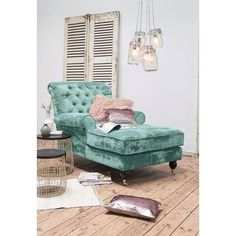 Stilvoller Luxus in barocker - und gemütlicher - Form. Bezug aus hochwertigem, aquamarinblauem Antiksamt. Beine aus schwarz lackiertem Buchenholz mit silberfarbenen Metallrollen an den vorderen Beinen.