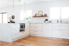 Antes y después de una cocina con tiradores dorados | Decoración