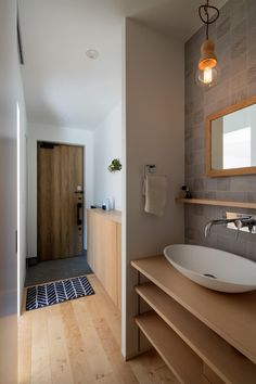 洗面室は、お風呂場や洗濯スペースと一緒にあることが多いですが、お客様に洗面室を貸す際に、生活感の出やすい脱衣所や洗濯機と別の場所にあればよかったなと感じること… Zen Design, House Design, Natural Interior, Small Places, Japanese House, House Rooms, Hand Washing, Powder Room, Entrance