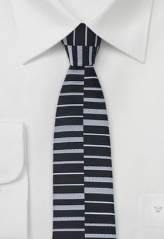Corbata plata negro geométrica estrecha http://www.corbata.org/corbata-plata-negro-geometrica-estrecha-p-14536.html