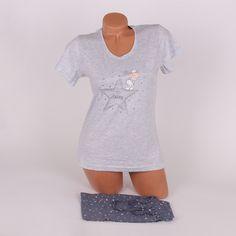Пижама за лятото от две части. Горната част е тениска с къси ръкави в сив меланж, декорирана в средата отпред с апликация на звезда и сладка овца. Долната част са къси панталонки в тъмносив цвят, с ластик и връзка на талията, изпъстрени с малки звездички.