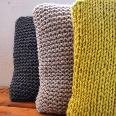 -pletené polštáře- Ručně pletené polštářky. Na výběr v žluté, béžové a tmavě šedé barvě. Cena za 1 kus. Materiál: příze - směs polyakrylu a střižní vlny výplň - dutá polyesterová vlákna velikost - 40x40 cm