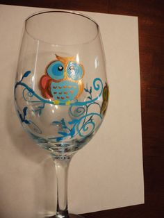 Whimsical Owl Wine Glass - Diy How to Crafts Decorated Wine Glasses, Hand Painted Wine Glasses, Wine Craft, Glass Bottle Crafts, Wine Bottle Glasses, Whimsical Owl, Pots, Bottle Painting, Gravure