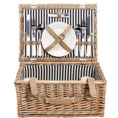 Piknik na zelené louce se skutečným keramickým nádobím - to má styl. Tradiční koš na piknik z vrbového proutí s držadlem, uvnitř je