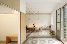 Dans un bâtiment datant de 1930, l'architecte Adrian Elizalde a déblayé des décennies de divisions excessives d'espaces et des couches de revêtements sur les planchers, les plafonds et menuiseries pour débuter une mise à jour contemporaine de cet appartement de 70m2.  En réalisant ce travail, il a permis de faire ressurgir les éléments de construction traditionnels tels que le carrelage, les plafonds voûtés et les menuiseries en bois d'origine. De nouveaux matériaux ont été ensuite…