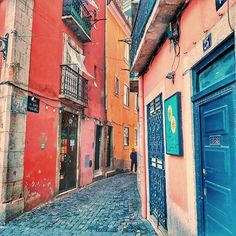 This small street is so typically Lisbon! /いかにもリスボンといった感じの小道 #portugal #lisboa #lisbon #super_lisboa #super_portugal #ok_portugal #lisboalive #lisbonne #amar_portugal #traveller #ig_travel #architecturelovers #views #passionpassport #beautifuldestinations #places_wow #cityscape #buildings #huffpostgram #ポルトガル #リスボン #写真好きな人と繋がりたい #tram #ファインダー越しの私の世界 #綺麗 #websummit #living_europe #visitportugal #colourful #igworldclub