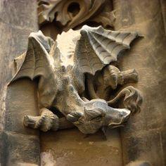 Figuras peculiares en la fachada de la Catedral de Sevilla.