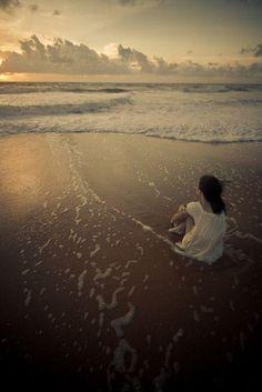 Y me desnudó el silencio…  pensando en tu recuerdo... Como desnuda el mar a la orilla…  a fuerza de caricias...
