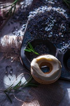 Rosemary and lavender baked doughnuts with white chocolate glaze | Gourmantine