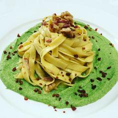 Tagliatelle saltate su pesto di broccoli e pancetta croccante