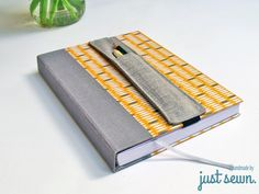 Fast pen holder for my notebook - I sewed a new pen holder for a new sketch and notebook. Very simply and quickly to see the beautifu - Sewing Hacks, Sewing Tutorials, Sewing Patterns, Fabric Crafts, Sewing Crafts, Sewing Projects, Diy Bags Hanger, New Pen, Patchwork Bags