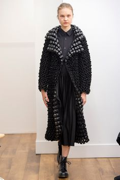 Elongated black textured jacket made by Kei Ninomiya. 2015 Fashion Trends, Trend Fashion, Fashion Poses, High Fashion, Fashion Design, Fashion Details, Runway Fashion, Women's Fashion, Black Planet