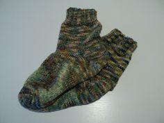 Hjemmestrikkede varme sokker, der er strikket med dobbeltgarn.