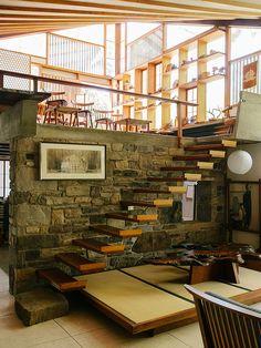 Interior do estúdio do designer nipo-americano (1905 - 1990) George Nakashima em New Hope, Pensilvânia, USA, com móveis e objetos assinados pelo designer.  Fotografia: Brian Ferry.