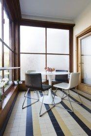 In woning Janssens in Berchem heeft architect Leon Stynen zowat alle principes van het modernisme toegepast. Tachtig jaar later wordt het huis minutieus ge... Global Design, Home Design, Interior Design, Shop Interiors, Art Deco Design, Interior Architecture, Home Office, Small Spaces, Tile Floor