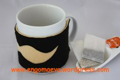 For coffee or tea hot without getting burned. Handmade gift. Design mustache, beige and black   ----   Para tomar el café o té,  bien caliente sin quemarnos. Regalo artesanal. Diseño bigote, beige y negro.