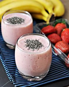 Banana Strawberry & Chia Seed Smoothie 2 bananas, peeled & sliced 6 fairly large strawberries (almost ounces), hulled and diced 1 cup low fat milk or soy milk 2 tbsps Greek yogurt (vanilla flavoured is preferred) 2 tsps chia seeds as toppings Smoothies Banane, Healthy Smoothies, Healthy Drinks, Healthy Snacks, Healthy Recipes, Superfood Smoothies, Healthy Skin, Delicious Recipes, Healthy Eating