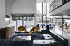 Ten elegancki dom został zbudowany w latach 80-tych XX wieku. Wnętrze wymagało generalnego remontu i rearanżacji pomieszczeń, tak aby dostosować rozkład budynku do współczesnych potrzeb. Tego niełatwego zadania podjęła się australijska pracownia Templeton Architecture.
