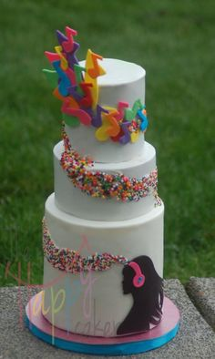 Rainbow of musical notes - Cake by Shannon Davie