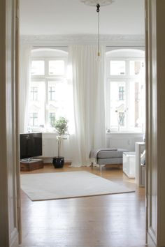 Wohnzimmer / Minimalistic 19th century apartment with vintage details: living room