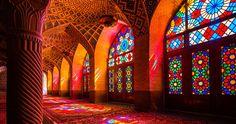 Admirez cette mosquée inondée de lumière dont les vitraux illuminent l'intérieur aux couleurs de l'arc-en-ciel