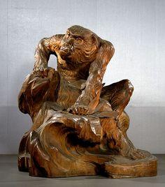 開創1200年を迎えた高野山で、金剛峯寺金堂の本尊が、昭和9年におさめられて以来、初めて開帳された。作者は、幕末から昭和にかけて、日本の近代彫刻を切りひらいた彫刻家・高村光雲。金堂の本尊は、70歳を過ぎ、なみなみならぬ思いで彫り上げたこん身の作。職人であることに誇りを持ちながら、新たな時代の彫刻を探求し続けた、その生涯に迫る。 高村光雲は、11歳で仏師のもとに弟子入りし、ひとりの職人としてその道を歩み始めた。 明治維新の後、廃仏毀釈(はいぶつきしゃく)などの影響で、木彫の世界が厳しい状況に追い込まれる中、決して信念を曲げず修行を重ねた。西洋の彫刻を学んだ息子の光太郎は、職人としての姿勢を貫こうとする光雲を強く批判したが、光雲自身も新しい彫刻を模索し、「老猿」など、近代彫刻を代表する傑作を世に送り出した。  そんな光雲が、最晩年「現代第一流ノ人格手腕ヲ具備スル彫刻家」と目され、依頼を受けたのが高野山の秘仏だった。死を意識しながら、何を目指したのか。職人と芸術家、相反する領域をひょうひょうと行き来しながら、木彫一筋に生きた光雲の実像に迫る。