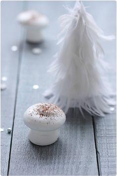 Une lectrice m'avait demandé si je pouvais faire un article pour réaliser des petits champignons meringués pour la décoration de bûche ou de gâteaux. C'est
